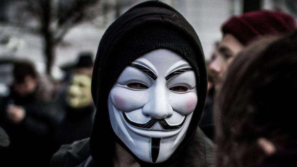"""anonymous-nimmt-es-mit-elon-musk-auf-und-nennt-ihn-einen-""""narzisstischen-reichen-kerl,-der-verzweifelt-nach-aufmerksamkeit-sucht""""."""